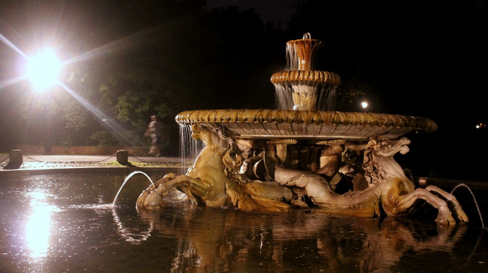 A fountain in the middle of the Borghese park